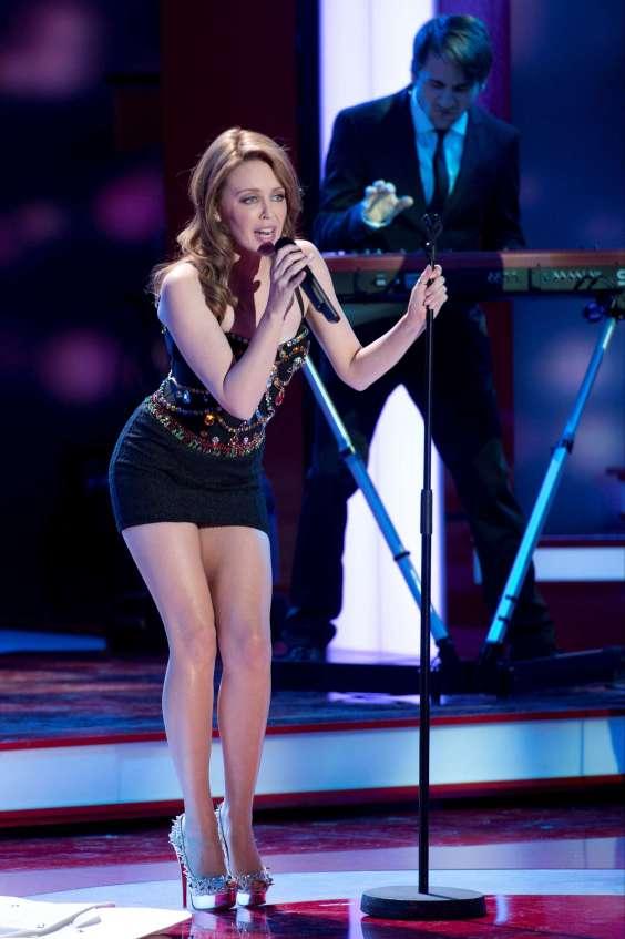 Kylie Minogue in mini dress-02