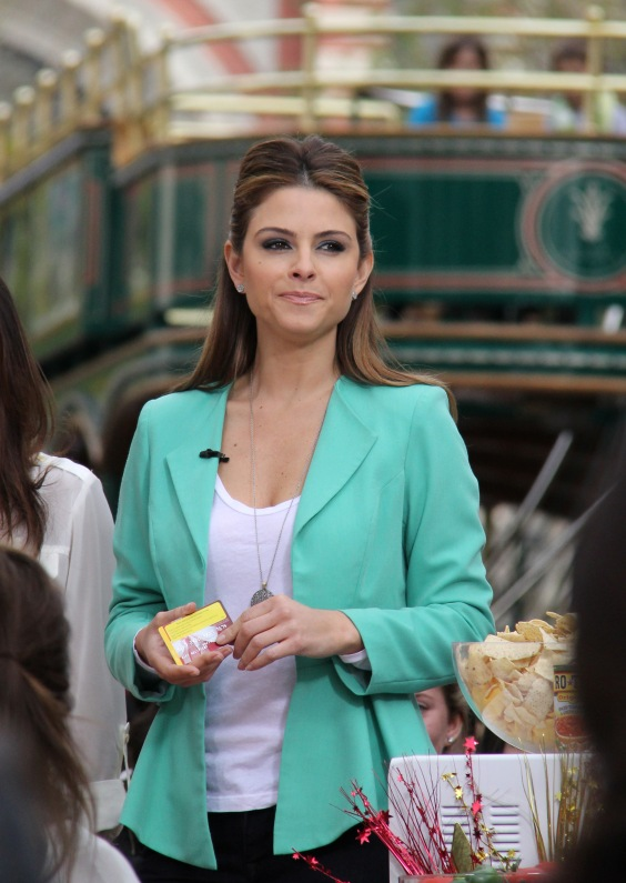 maria menounos on extra at the grove rbc