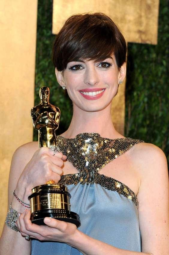 Anne-Hathaway---Oscar-2013---Vanity-Fair-Party--04