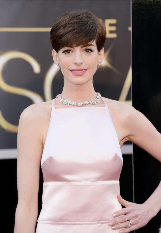 Anne-Hathaway---Oscars-2013--02