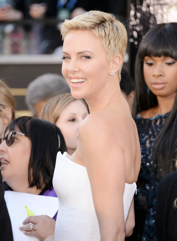 Charlize-Theron---Oscars-2013--02