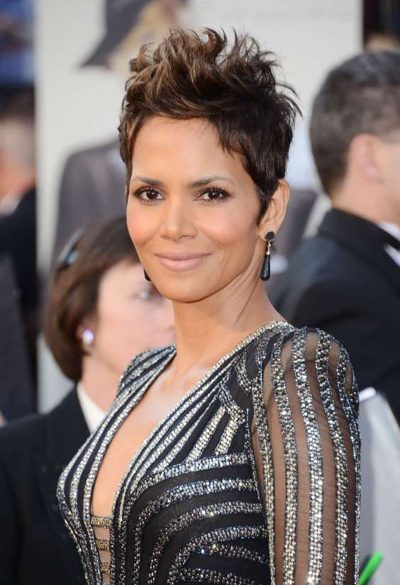 Halle-Berry---Oscars-2013--02