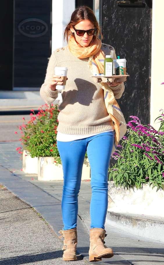 Jennifer-Garner-on-a-coffee-run-in-Los-Angeles-01