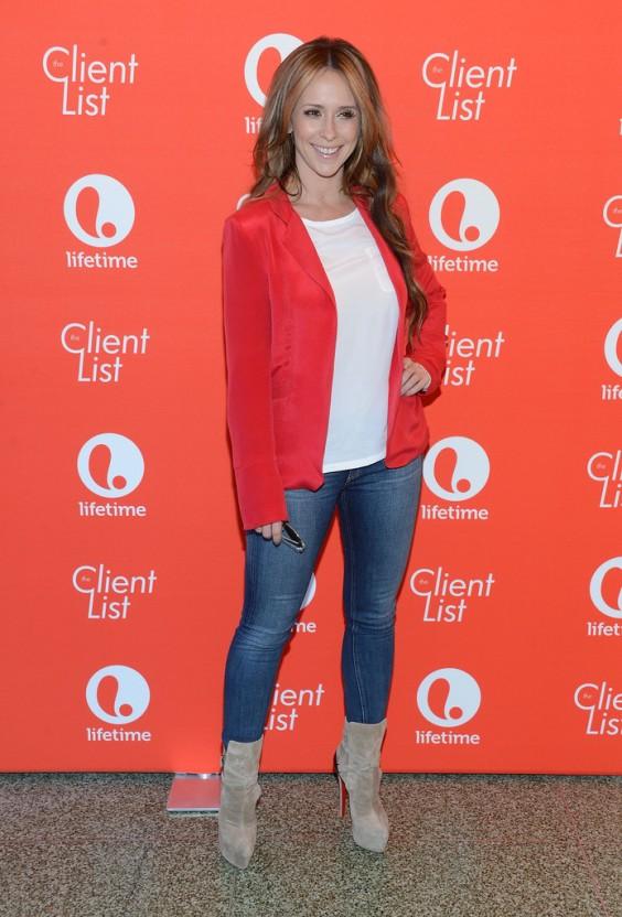 Jennifer-Love-Hewitt---In-Tight-Jeans--10