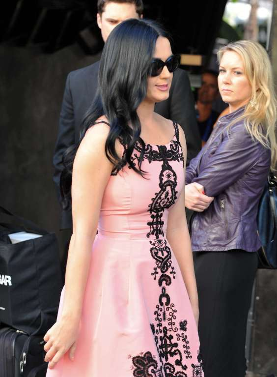Katy-Perry-Arrives-at-a-Private-Party-in-Hollywood-03