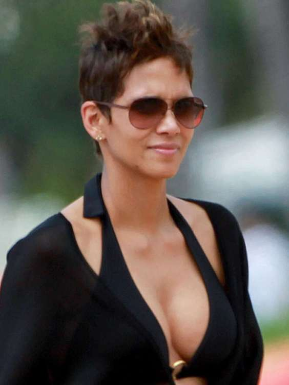 Halle-Berry-in-Bikini-on-Vacations-in-Hawaii--05