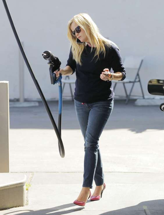 Reese-Witherspoon---Pumping-gas-in-LA--10