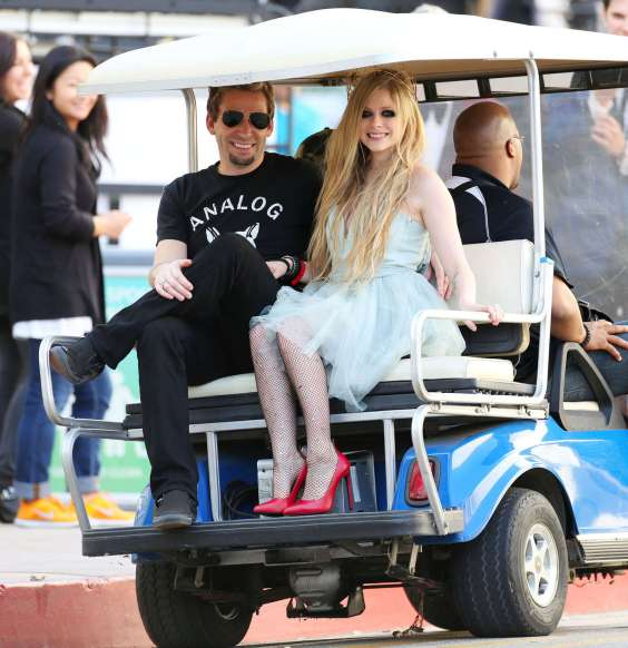 Avril-Lavigne---Heres-to-Never-Growing-Up-Music-Video-set-candids-in-LA--08