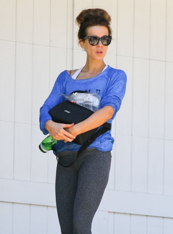 Kate-Beckinsale-visits-a-friends-house--02