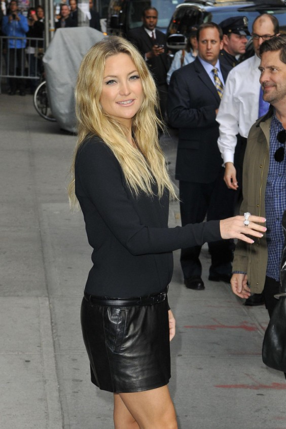 Kate-Hudson-in-black-leather-mini-skirt-03