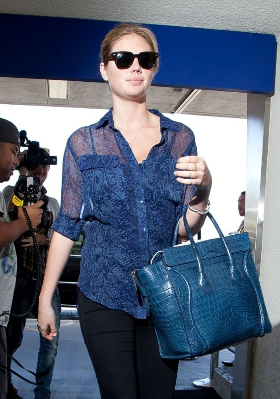Kate-Upton-prepares-to-depart-at-LAX--09