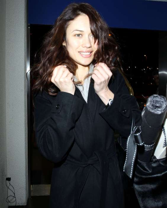 Olga-Kurylenko---at-LAX-Airport-03