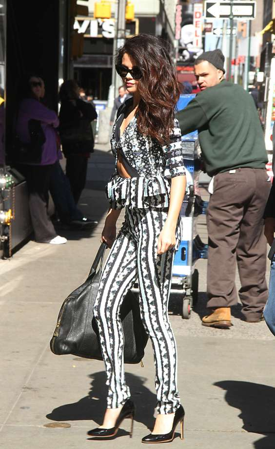 Selena-Gomez-at-GMA-in-NYC--04