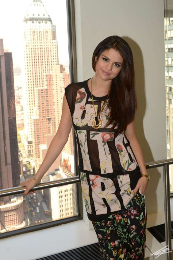 Selena-Gomez-at-SiriusXM-Radio-Station--01