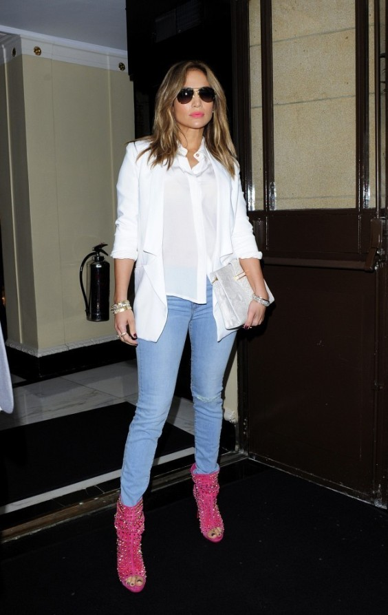 Jennifer-Lopez-at-Her-Hotel-in-London--01