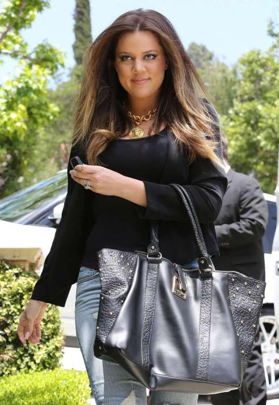 Khloe-Kardashian-at-Kims-house--10