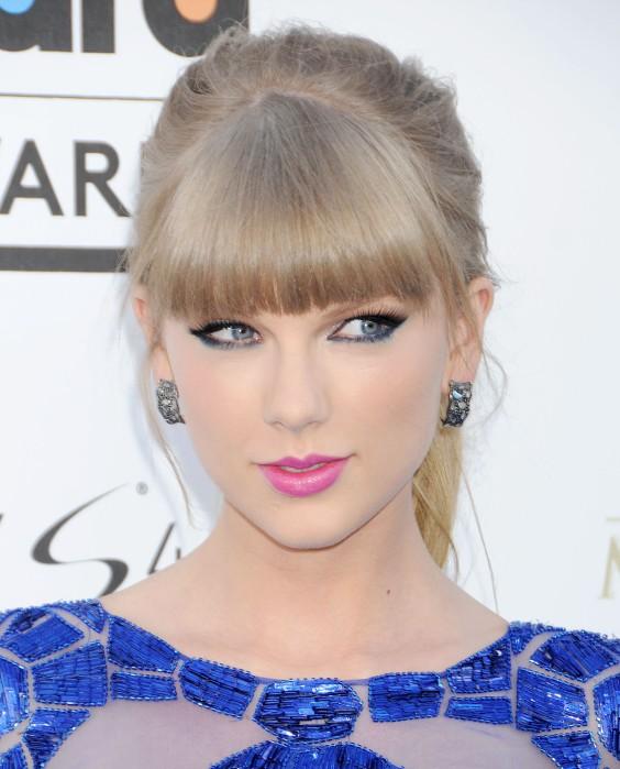 Tayor-Swift-at-2013-Billboard-Music-Awards--05