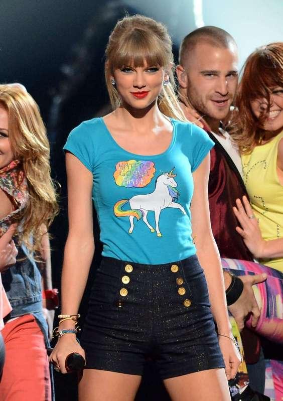 Tayor-Swift---Performance-and-recieving-awards-at-the-2013-Billboard-Music-Awards--09