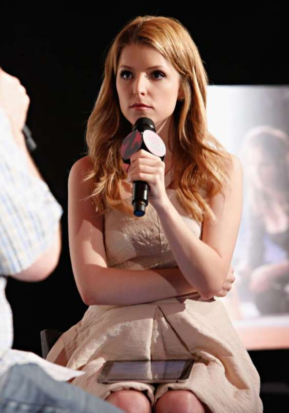 Anna-Kendrick-Looking-Cute-in-dress-07