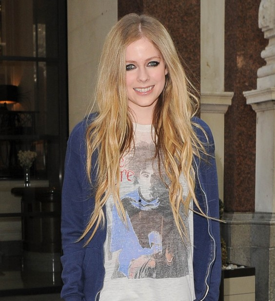 Avril-Lavigne---Out-and-about-in-London--10
